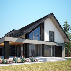 Do drewna i czerni na elewacji doskonale pasuje również dachówka ceramiczna w ciemnym kolorze. Nazwa projektu: Tenemona 2. Projekt wykonano w Pracowni Domy w zieleni
