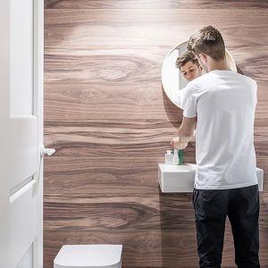 Gdy na metamorfozę łazienki mamy zaledwie weekend, możemy ją wykonać przy pomocy ściany dekoracyjnej Motivo. Fot. Vilo Motivo Rosewood. Cena ok. 87 zł za szt. 8 x 250 x 2650 mm, 32,99 zł / m2