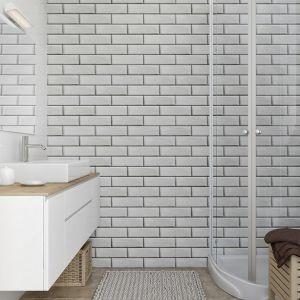 Można je także montować pod prysznicem i nad wanną, należy jednak pamiętać o użyciu w tych miejscach hydroizolacji. Fot. Vilo Motivo White-brick. Cena ok. 87 zł za szt. 8 x 250 x 2650 mm, 32,99 zł / m2
