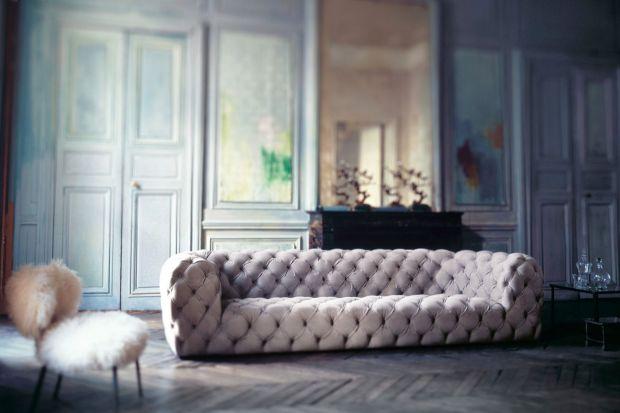 Jeśli szukacie naprawdę ekskluzywnych mebli wypoczynkowych, ten przegląd jest dla was. Wybraliśmy 10 luksusowych sof i narożników, z których każdy kosztuje co najmniej 60 tys. zł. Czy to luksus wart swojej ceny? Zapraszamy do obejrzenia galerii z