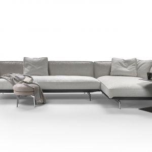 Sofa Este wznosi się na metalowej bazie obitej tkaniną lub skórą. Oryginalna metalowa struktura nadaje charakteru sofie stając się bazą dla wygodnych, obszernych poduch, wypełnionych pierzem. Projekt: Antonio Citterio dla marki Flexform. Cena: od ok. 105 tys. zł (wersja w tkaninie). Fot. Flexform