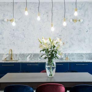 Stonowana kolorystyka ścian oraz zdecydowany charakter zabudowy kuchennej. To połączenie robi efekt wow! Projekt Dekorian Home x Deer Design, fot. Marta Wołosz-Molenda