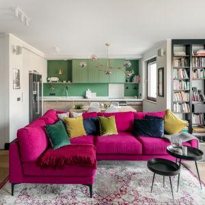 Sofa w kolorze intensywnego różu gra pierwszoplanową rolę w całym wnętrzu. Projekt Finchstudio fot. Aleksandra Dermont, Ayuko studio
