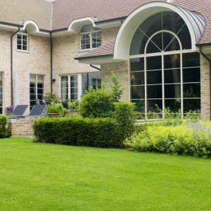 Domy tradycyjne wykończone w stylu prowansalskim lub na wzór angielskiego dworku można wyposażyć między innymi w okna ze szprosami, które pełnią funkcję dekoracyjną, nadają elegancki charakter i nieco bardziej klasyczny wygląd całej bryle budynku. Fot. Awilux