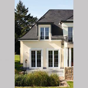 Ciekawą inspiracją w przypadku projektowania tradycyjnego domu są również szyby ornamentowe – dopasowane do pełnych przepychu wnętrz w stylu retro. Fot. Awilux