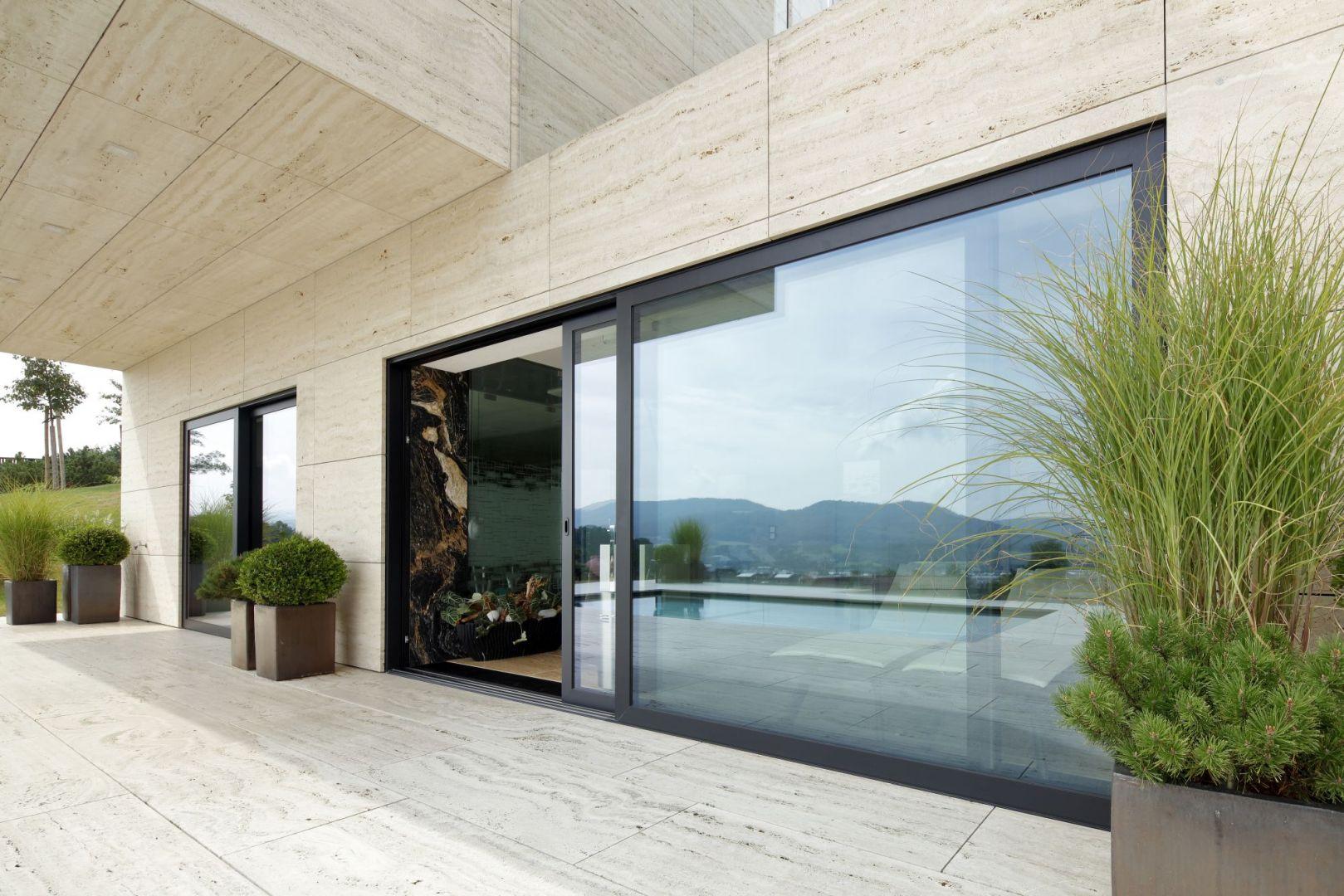 Okna z linii Nero Style dostępne są w kolorze głębokiej i odpornej na zabrudzenia czerni, dzięki czemu można stworzyć niepowtarzalne, nowoczesne projekty. Fot. Awilux