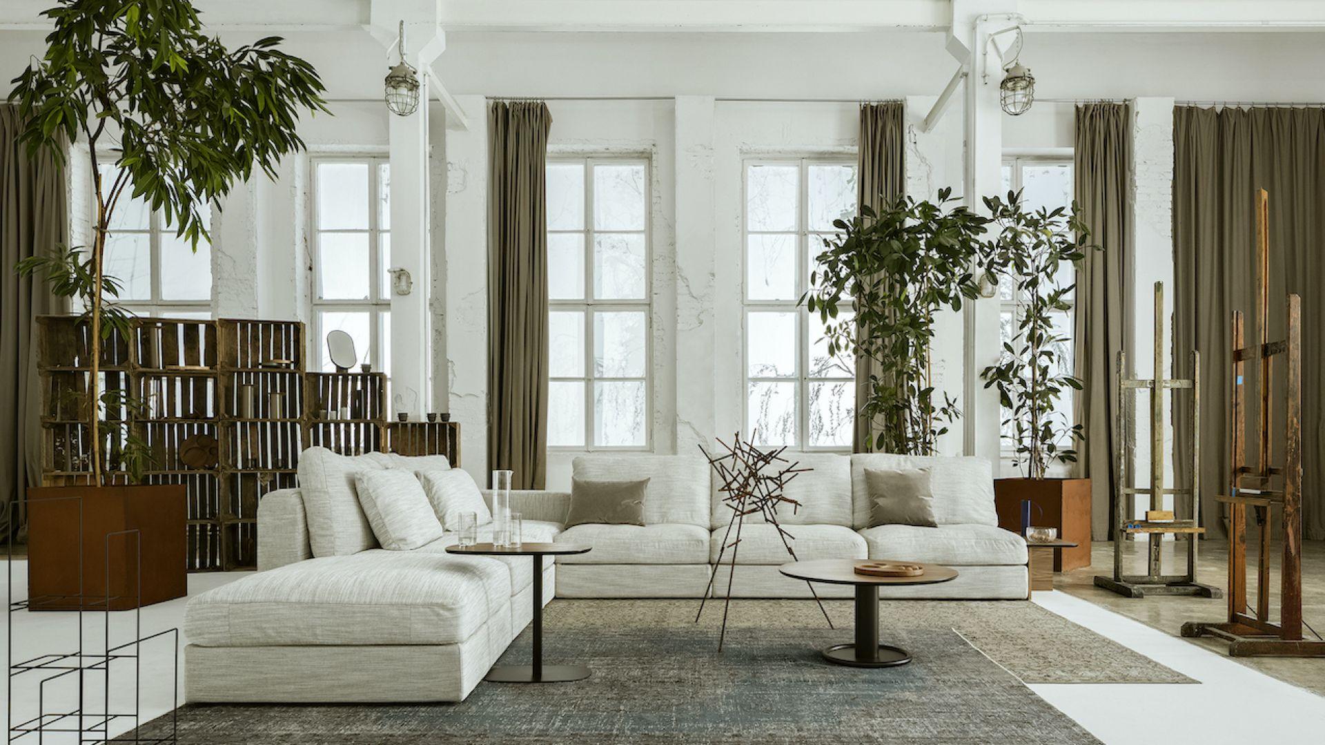Raksa jest uniwersalną sofą, która sprawdzi się w niemal każdym wnętrzu. Zawdzięcza to prostej formie, modułowej konstrukcji, szerokiemu wyborowi tkanin oraz ponad wszystko szczegółowo dopracowanym proporcjom. Cena: od ok. 18 tysięcy złotych. Fot. Nobonobo