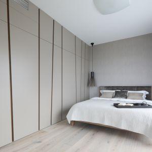 Asymetryczne fronty zabudowy są główną ozdoba sypialni. Projekt Magdalena Lehmann. Fot. Bartosz Jarosz