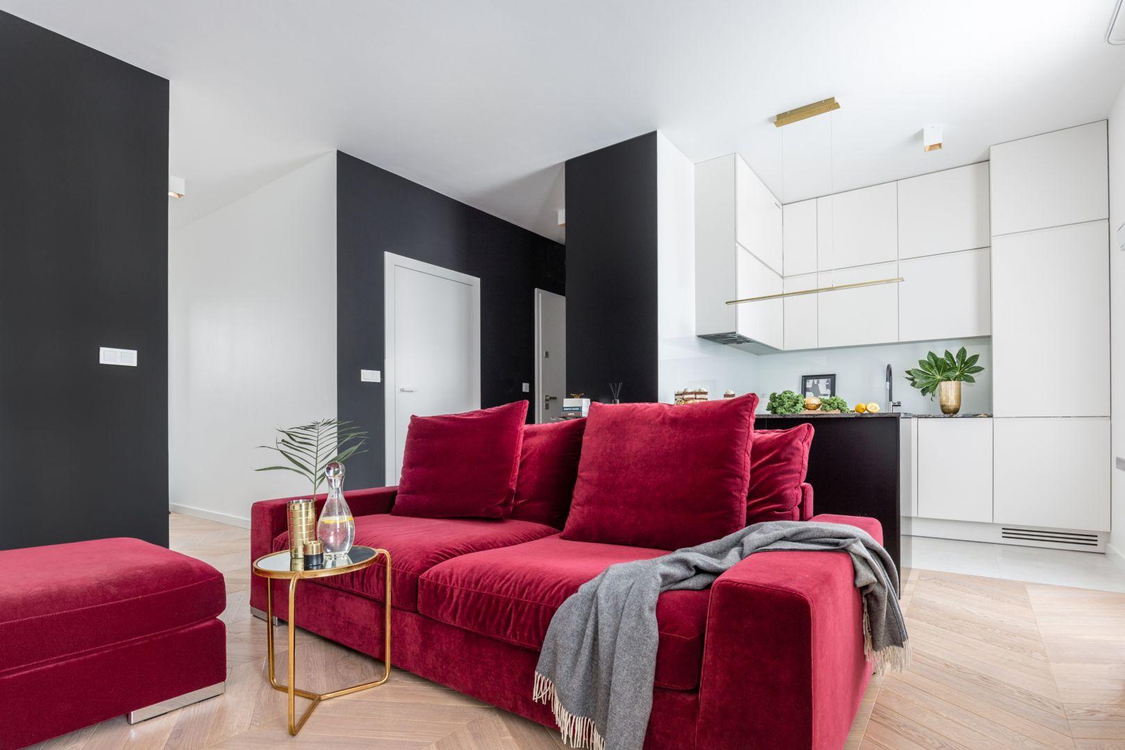 By zmienić wygląd salonu często wystarczy wymienić sofę. Ta w kolorze doda wnętrzu energii. Projekt Decoroom. Fot. Pion Poziom.