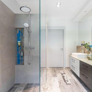 Kolor odmieni także wnętrze łazienki. Projekt Decoroom. Fot. Pion Poziom