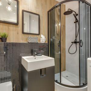 Wygląd łazienki możemy też odświeżyć montując modna, czarną armaturę. Projekt Małgorzata Mataniak-Pakuła. Fot. Radosław Sobik