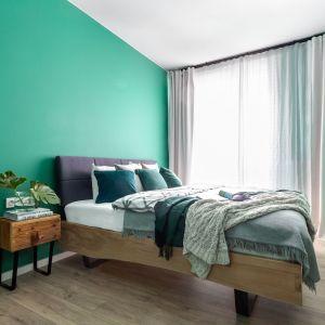 Kolorowa ściana w modnej butelkowej zieli to prosty sposób na nową sypialnię. Projekt Deer Design