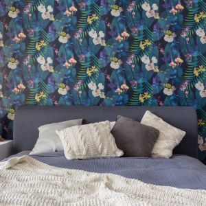 Ciekawym pomysłem jest kolorowa tapeta za wezgłowiem łoża. Projekt Deer Design