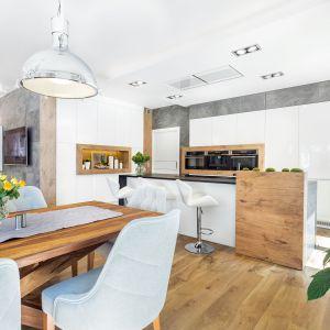 Wysoką zabudowę kuchenną uzupełnia wyspa z barem. Projekt A&K Kuchnie