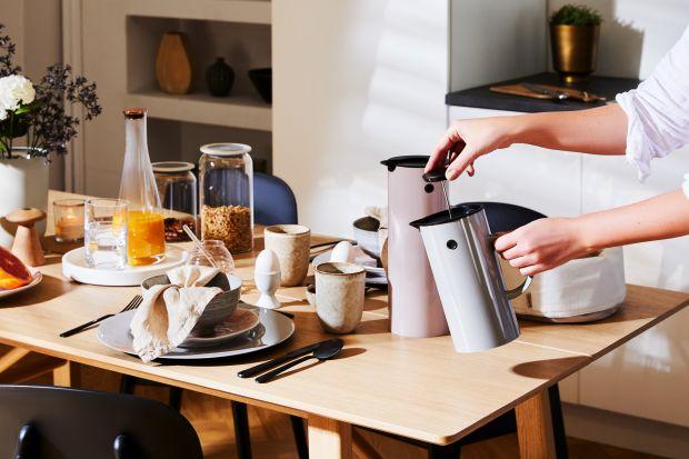 Nie musisz wychodzić z domu, aby cieszyć się smakiem aromatycznej kawy. Wystarczy, że zaopatrzysz się w odpowiednie akcesoria, a będziesz mógł przyrządzać ulubiony napój każdego ranka!