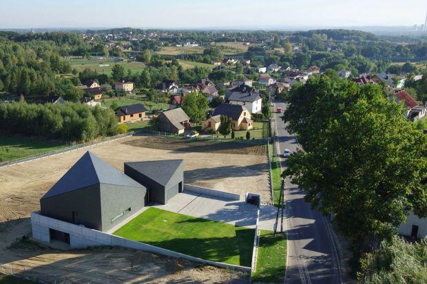 Dom w Krostoszowicach to projekt architekta Roberta Skitka z pracowni RS+. Charakterystyczne bryły ze skośnym dachem robią niezwykłe wrażenie!
