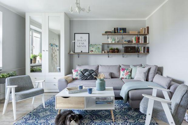 Jak wykończyć ścianę za kanapą? Jaki materiał wybrać? Jaki kolor będzie najlepszy? Zobaczcie pomysły architektów i projektantów na wykończenie ściany za kanapą w salonie.