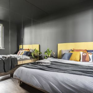 Sypialnia zaprojektowana w ciemnych kolorach. Projekt wnętrza: Agata Koszelewska/Decoroom. Zdjęcia: Marta Behling, Pion Poziom – fotografia wnętrz