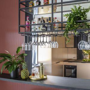 Ten bar jest na pewno centrum domowego życia. Projekt wnętrza: Agata Koszelewska/Decoroom. Zdjęcia: Marta Behling, Pion Poziom – fotografia wnętrz