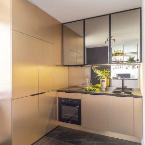 Lustrzane szafki powiększają niewielką kuchnię. Projekt wnętrza: Agata Koszelewska/Decoroom.  Zdjęcia: Marta Behling, Pion Poziom – fotografia wnętrz