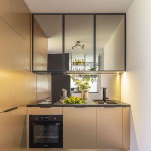 Pomimo małych rozmiarów kuchnia jest funkcjonalna. Projekt wnętrza: Agata Koszelewska/Decoroom.  Zdjęcia: Marta Behling, Pion Poziom – fotografia wnętrz