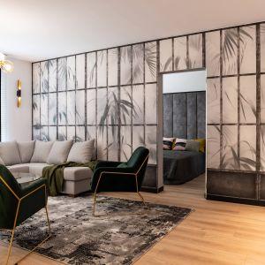 Ściana za tapetą skrywa wejście do sypialni. Projekt: DG Studio Donata Gadalska. Fot. Jacek Fabiszewski