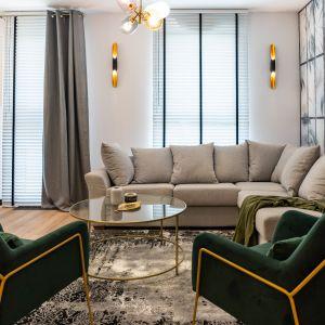 Wnętrze jest nowoczesne i eleganckie. Duże okna i wpadające przez nie światło doskonale doświetlają całe mieszkanie. Projekt: DG Studio Donata Gadalska. Fot. Jacek Fabiszewski