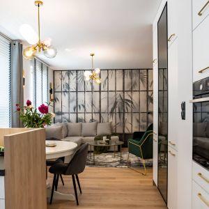 Kuchnia ma charakter otwarty. Od części wypoczynkowej oddziela ją praktyczny półwysep. Projekt: DG Studio Donata Gadalska. Fot. Jacek Fabiszewski