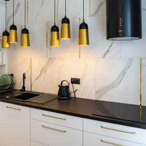 Nad blatem w kuchni zastosowano gres imitujący marmur. Projekt: DG Studio Donata Gadalska. Fot. Jacek Fabiszewski