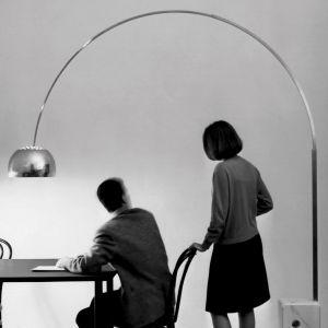 Lampa podłogowa Arco marki Flos to już pozycja kultowa. legancki oświetleniowy łuk w 1962 roku zaprojektowali bracia Achille & Pier Giacomo Castiglioni. Cena: ok. 8700 zł (sklep Akademiaarchitektury.pl). Fot. Flos