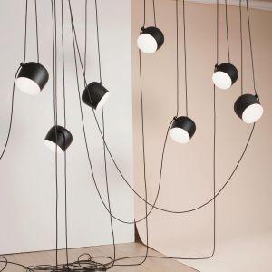 Lampa wisząca Aim marki Flos. Oprócz modelu z tradycyjną rozetą są również dostępne lampy podłączane do gniazdka, a także rozety umożliwiające podpięcie i przewieszenie w inne miejsce do 5 lamp. Na zamówienie, od 401 zł element (sklep Atakdesign.pl). Fot. Flos