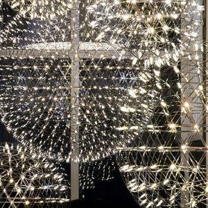 Efektowna ledowa lampa, projekt Raimonda Putsa dla marki Moooi. Na zamówienie, od ok. 8 tys. zł (sklep Atakdesign.pl). Fot. Moooi