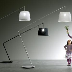 Lampa podłogowa Fly. Całość wykonana z elementów aluminiowych malowanych, klosz lniany w kilku kolorach. Marka: Karman. Cena: ok. 7 tys. zł (sklep Atakdesign.pl). Fot. Karman