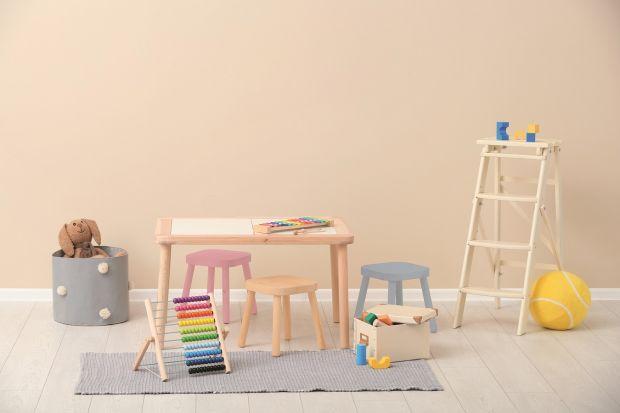 Drewniane zabawki bardzo łatwo jest samodzielnie odnowić. Nie będzie to drogie, ani skomplikowane, a na pewno czeka nas i nasze dzieci, podczas takich prac dużo dobrej zabawy.