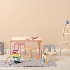 Krzesła zostały pomalowane emalią Beckers Designer Universal w kolorze Light Coral, Aqua oraz Candy Pink. Produkt posiada certyfikat bezpieczeństwa zabawek oraz rekomendację Polskiego Towarzystwa Alergologicznego, dlatego bez obaw możemy zastosować ją na przedmiotach używanych przez najmłodszych. Fot. Beckers
