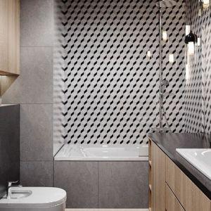 Łazienka, mimo dosyć małego metrażu, jest bardzo funkcjonalna. Znalazło się tu miejsce na prostokątną wannę, która może także spełniać funkcję prysznica, dzięki zamontowaniu tafli szkła służącej jako parawan. Projekt i zdjęcia: Justyna Krupka, studio projektowe Przestrzenie