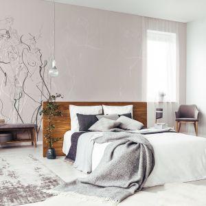 Tapeta Body Composition doda artystycznego sznytu sypialni. Znalazły się na niej szkice sylwetek ludzkich autorstwa doświadczonej ilustratorki Izabeli Wądołowskiej. Dostępna w ofercie Doubleroom. Cena: ok. 220 zł/m2. Fot. Doubleroom