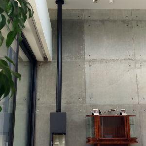Beton znalazł się także na ścianie w części dziennej. Projekt: Magdalena Beczak, Maciej Beczak, Jarek Borowski, Beczak/Beczak Architekci. Zdjęcia: jankarol.com