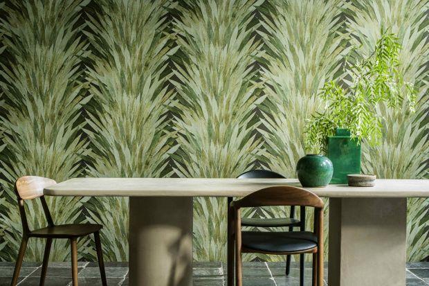 Tropikalne piękno przyrody warto uwiecznić w swoim salonie. Dekoracyjne tapety z motywem liści czy kwiatów to must have tego sezonu.