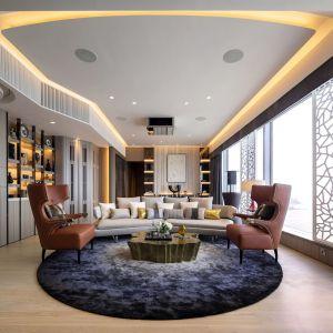Fotele uszaki to model Sika marki Brabbu. Projekt: Cameron Interiors. Fot. mat. prasowe Brabbu