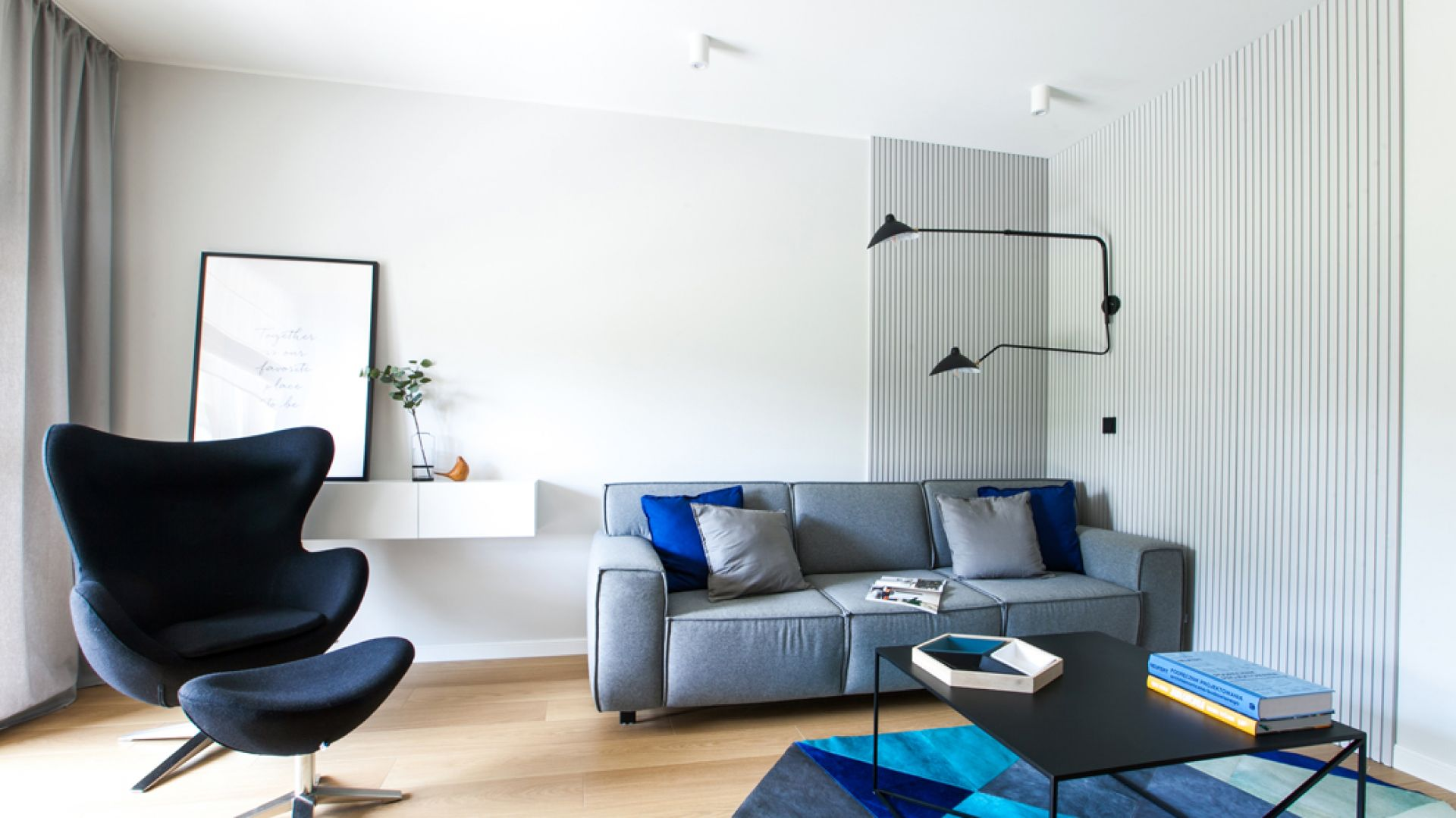 Mieszkanie zostało urządzone w nowoczesnym stylu, w monochromatycznych barwach ocieplonych naturalnym dębem. Projekt: Sandra Maculewicz. Fot. Łukasz Pepol