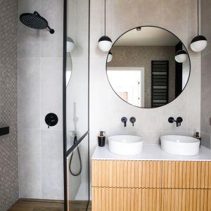W wygodnej rodzinnej łazience znajdują się dwie umywalkami oraz prysznic typu walk-in. Projekt: Sandra Maculewicz. Fot. Łukasz Pepol