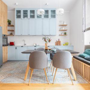 Aby dodać tradycyjnej kuchni odrobinę ekstrawagancji biel mogą zastąpić pastele - błękit czy mięta spełnią się w tej roli idealnie. Projekt EMC Partners Ewa  Mroczek Chojecka Paulina Kobylarz Pion Poziom