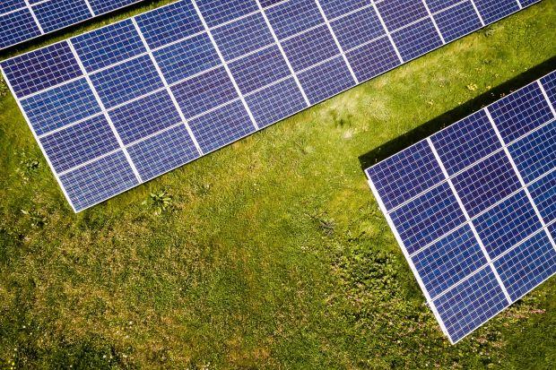 Przedstawiamy najpopularniejsze ulgi, dotacje i odpisy związane z posiadaniem domowej elektrowni słonecznej. Sprawdź, na czym można zyskać i ile zaoszczędzić!