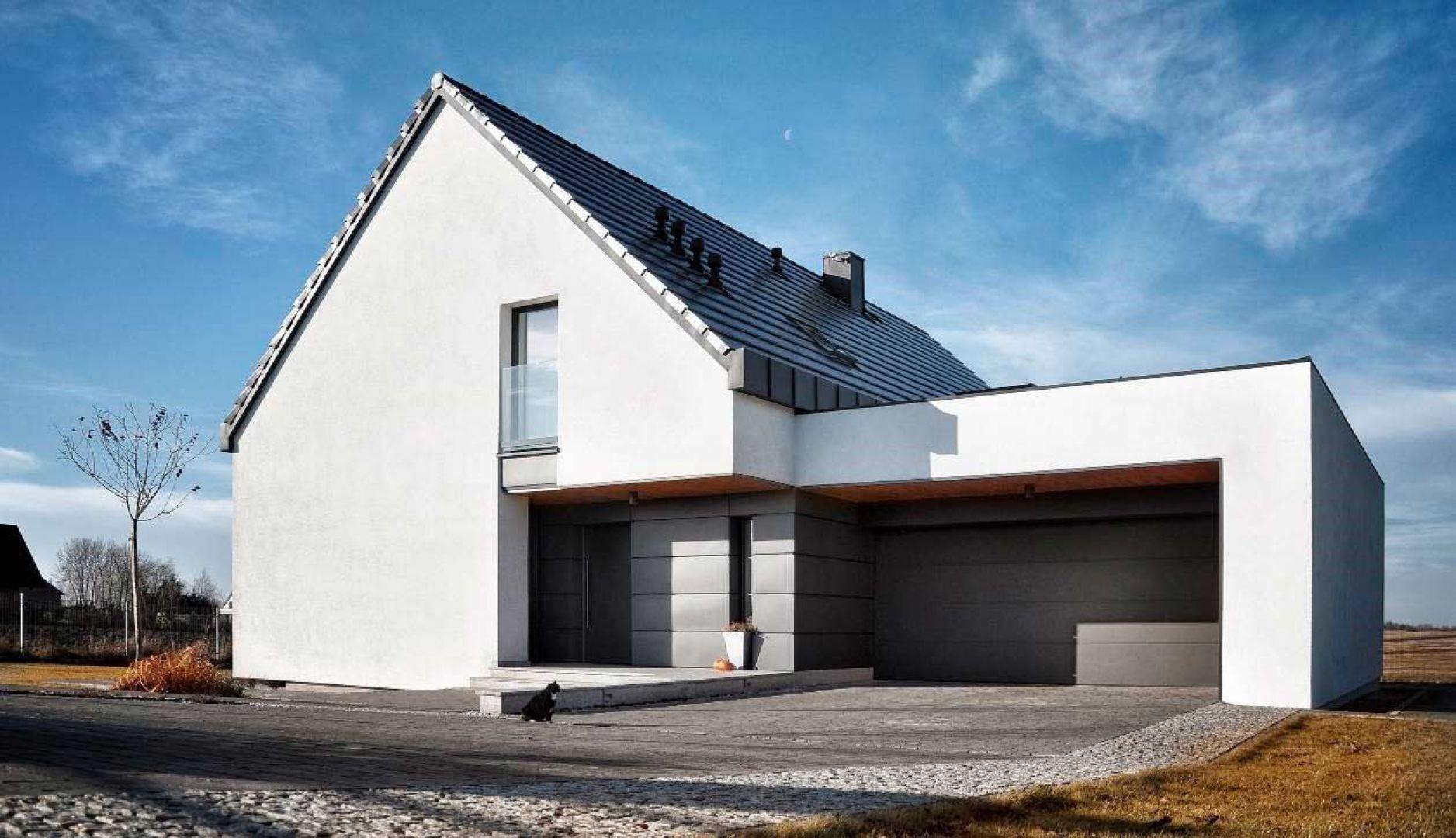 Ocieplenie wszystkich przegród konstrukcyjnych domu pozwoli zachować stabilną temperaturę w budynku przez cały rok, zapewniając mieszkańcom komfort cieplny i generując oszczędności z tytułu chłodzenia pomieszczeń latem, a zimą ich ogrzewania. Fot. Baumit