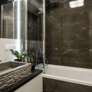 W łazience zdecydowano się na rozwiązanie 2 w 1, a więc wannę z opcją prysznica. Projekt i zdjęcia: Pracownia KODO Projekty i Realizacje