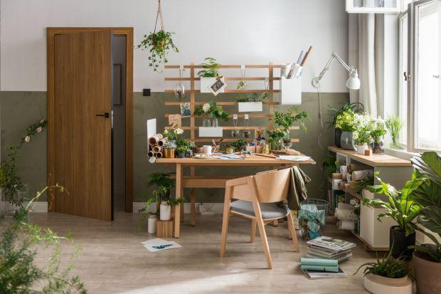 Jest miejscem pracy, domowym warsztatem, przestrzenią w której rozwijamy swoje pasje. Biurko to dziś jeden z kluczowych mebli w naszym domu. Wybierzmy takie, które będzie odpowiadało naszym potrzebom.