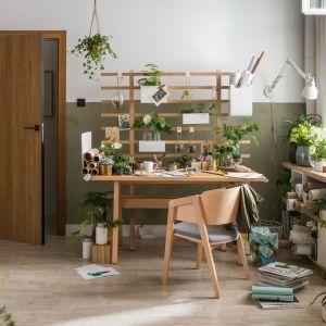 Biurko Worknest zaprojektowane przez Wiktorię Lenart będzie domowym miejscem kreatywności. Bazę stanowi drewniany stół z parawanem, który zyskuje dodatkowe możliwości wraz z dokładaniem do niego akcesoriów. Fot. Worknest Vox