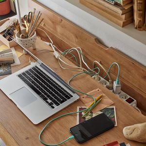 Problemem wielu miejsc pracy są skręcające się na blacie kable od lampki czy laptopa. W biurku Nature sprytnie sobie z nimi poradzono – w tylnej części blatu znajduje się rynna zamykana klapką. Fot. Vox
