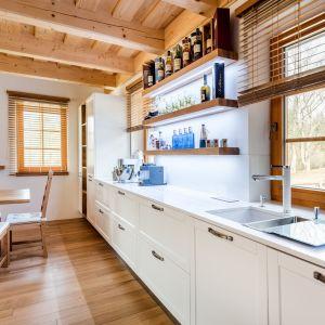 W kuchni wzór wykorzystamy jako blat, backsplash a także zintegrowany z blatem zlew. TechniStone®, Kolekcja Essential, Crystal Absolute White